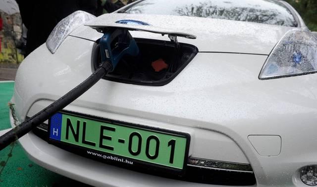 Egyik sem, egy autó már csakis elektromos legyen