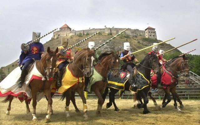 Környezetéből magasan kiemelkedő, kopár hegytetőre épült, középkori vár a Dunántúlon. Hol található?