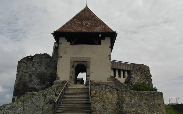 Ebben a várban több alkalommal is őrizték a koronázási ékszerekkel együtt a szent koronát. Melyik vár ez ill. hol található?