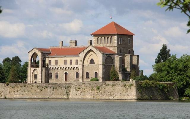 Zsigmond király építtette az Öreg-tó partján álló romantikus várat. Mátyás király kedvenc pihenőhelye is volt. Hol található?