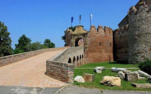 A Villányi-hegység déli lábainál rakták le erődjének első falait a 13. században. Hol található?