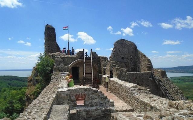 IV. Béla is lakott itt, a Balaton-felvidéken épült ez a vár. Hol található?