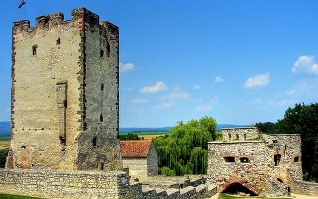 Hírnevét a magyar történelem egyik ismert hőséről, Kinizsi Pálról kapta. Hol található a Kinizsi-vár?