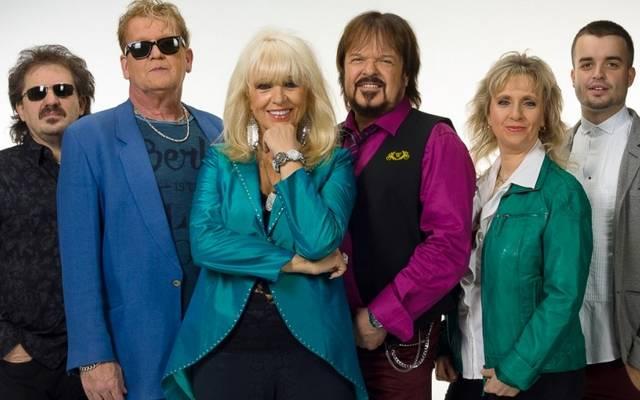 Milyen néven koncerteznek jelenleg az egykori Neoton Família együtt zenélő tagjai?