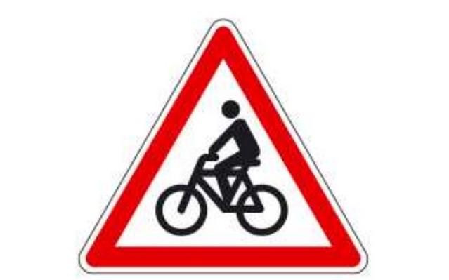 """Az """"Egyéb veszély, kerékpárosok"""" -  jelzésű táblán, melyik irányba halad a kerékpáros?"""