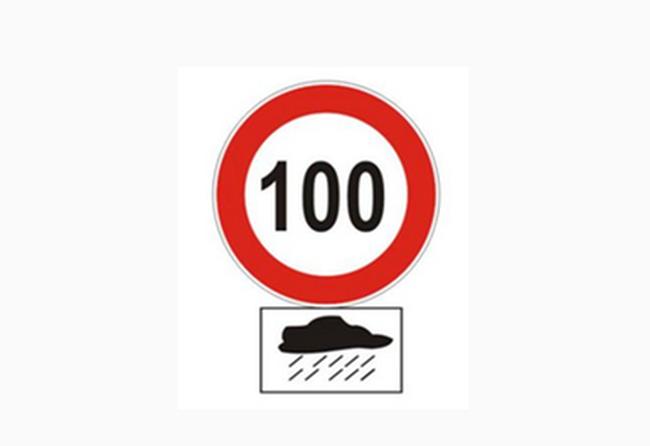 Mekkora lehet a legnagyobb sebessége a személygépkocsinak az autópályán egy ilyen táblakombináció hatálya alatt?