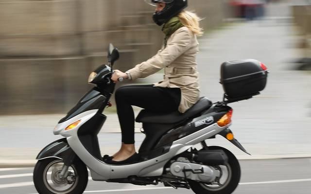 Közlekedhetsz-e segédmotoros kerékpárral a leállósávon?