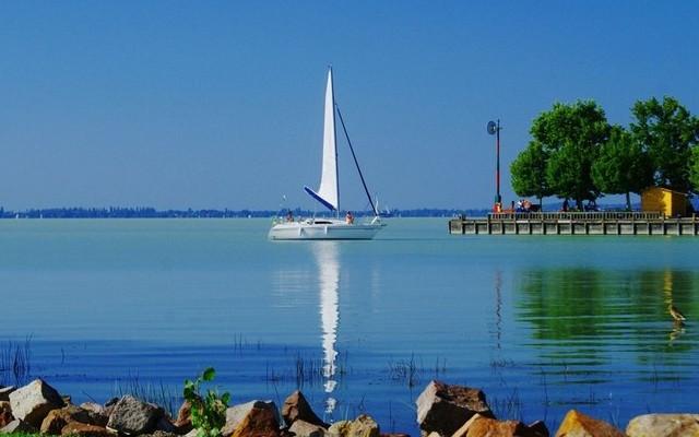 Vonyarcvashegy: A Balaton északi vagy a déli partján van?