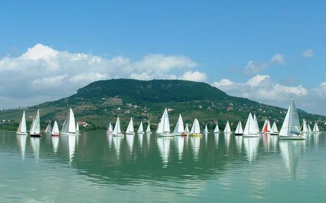 Balatonszárszó: A Balaton északi vagy a déli partján van?