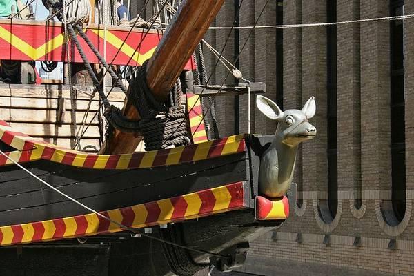 A galleon a gyarmatosítás korának meghatározó hajótípusa. Jó teherbírású, ágyúkkal felszerelt vitorlás volt. Az orr-rész jellegzetes.