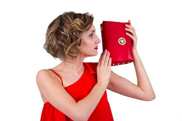 Általában melyik az a divatkellék a táskán kívül, amire a nők képesek nagyobb összegeket is áldozni?