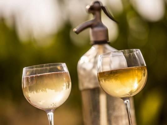 Mi a neve annak a fröccsnek, amely 1 dl borból és 1 dl szódából áll? (Fotó: kocsma.blog.hu)