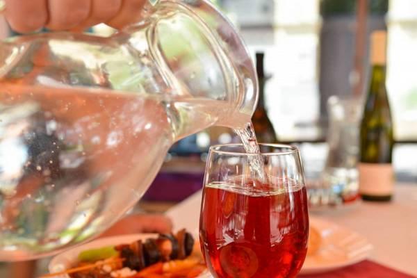 Mi a neve annak a fröccsnek, amely 1 liter borból és fél liter szódából áll? (Fotó: europabelvarosa.hu)