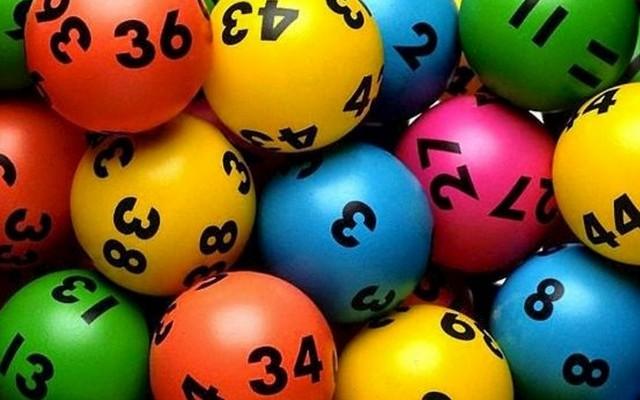Hetente kézi és egy gépi sorsolást is tartanak. Pénznyeremény akkor jár, ha legalább 4 találatod van. A főnyereményt 7 szám telitalálata jelenti. Melyik nyereményjáték ez?