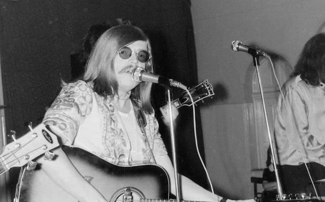 """Első helyen végeztek az 1968-as Táncdalfesztiválon az """"Amikor én még kissrác voltam""""- című dalukkal. 1965 óta az Illés-együttes tagja. Zeneszerző, gitáros, énekes, szövegíró. Ki ő?"""