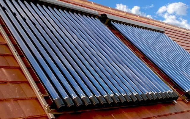 Napenergia hasznosításával hőenergiát állít elő a napkollektor.