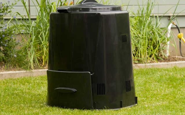 A komposztálás egy olyan folyamat, amely a szerves melléktermékeket humusz szerű anyaggá alakítja.