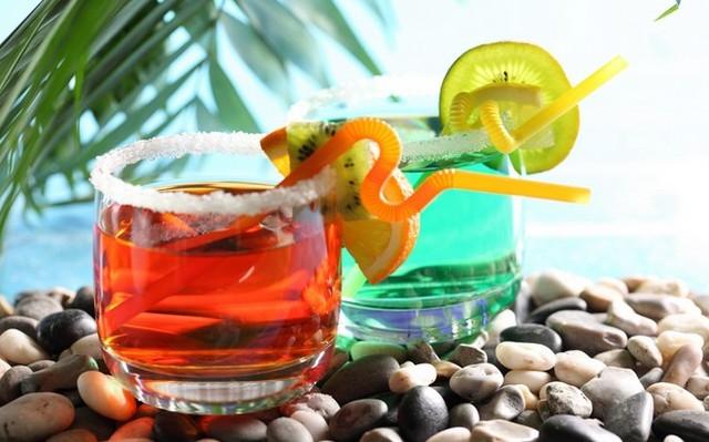 Melyik koktél készíthető el az alábbiakból: Whiskey, Vermouth rosso, Angostura bitter koktél?