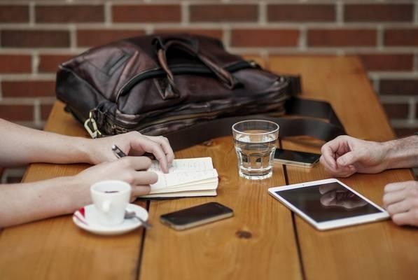 Illik az asztalra tenni a mobiltelefont nyilvános helyen?
