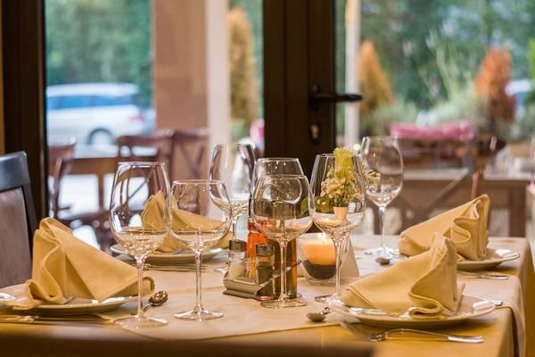 Kinek illik ülőhelyet választania az étteremben, ha nem lefoglalt asztalhoz ültök?