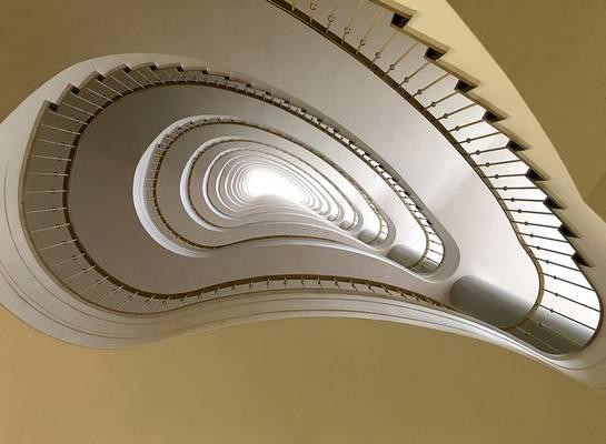 Ha egy férfi és egy nő lépcsőn megy felfelé, akkor a nő megy elöl, a férfi követi. Ha lefelé mennek, akkor fordított a helyzet: a nő a férfi mögött megy. Helyes ez így?