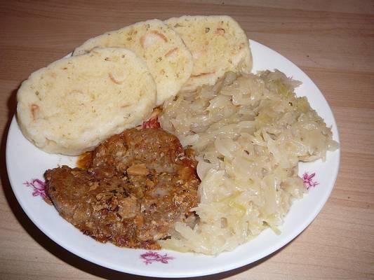 Melyik ország jellegzetes étele a disznóhús káposztával és gombóccal?