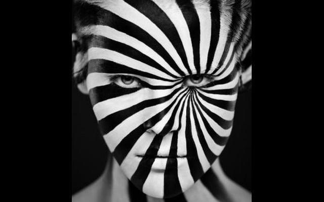 Melyik művészeti stílus kedvelte különösen a jó és a rossz jelképeként a fekete-fehér ellentétpárt?