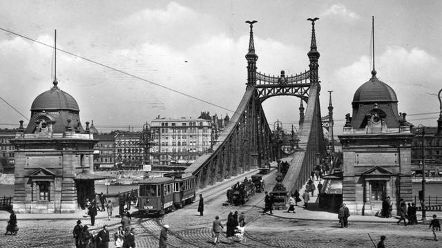 Melyik budapesti híd régi fotója ez?   (Fotó: Fortepan, Pesti Brúnó, 1928-as felvétel)