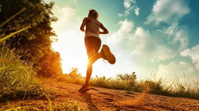 Egy futó hét napon át napi 10 km-t fut. Mennyit fut egy hét alatt összesen?