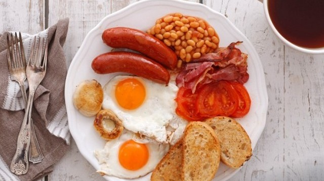 Ez egy tipikus .... reggeli? (Babkonzerv, csiperkegomba, paradicsom, tojás, sült kolbász, bacon, pirítós)