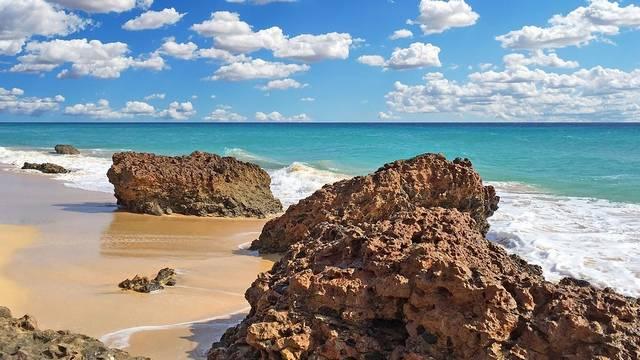 A felsoroltak közül, melyik a Földközi-tenger legnagyobb szigete?