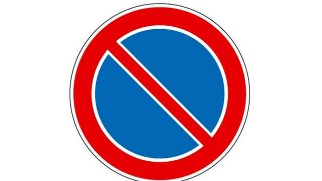 Megállhat-e az úttest szélén a jelzőtáblával megjelölt útszakaszon utasa ki- és beszállásának idejére?