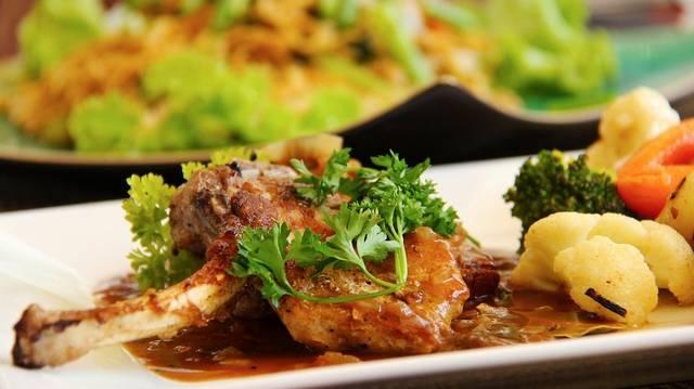 Fűszeres, illatos gombás szósszal nyakon öntött omlós hús. Ez milyen módra elkészített étel?