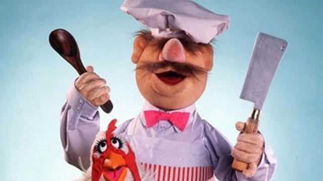 Csirkéből (vagy sertéshúsból) készül ez a szaftos étel. Elkészítéséhez csemege uborka és gomba szükséges. Mi ez?
