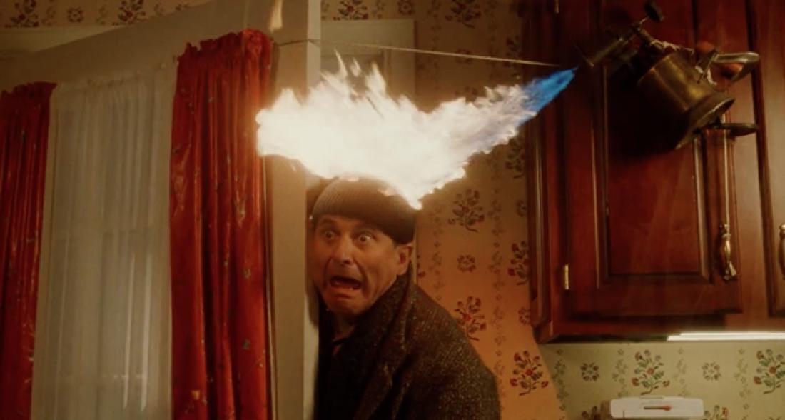 Kevin hogyan próbálja elhitetni a betörőkkel az első részben, hogy nem egyedül van a házban?