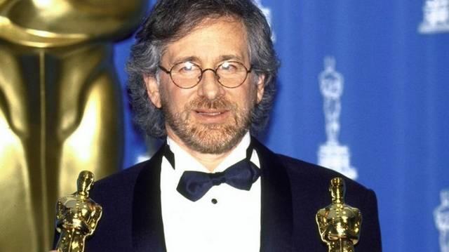 1946. december 18-án született. Oscar-díjas amerikai filmrendező, producer. Ismertebb filmjei: E. T., a földönkívüli, Indiana Jones és a végzet temploma, Jurassic Park, Schindler listája. Ki ő?