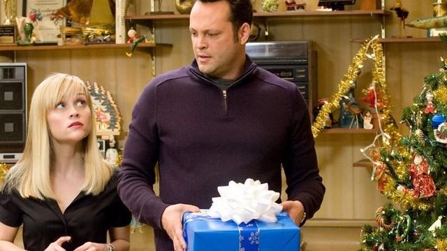 Melyik karácsonyi filmből van ez a képrészlet? A két főszereplő: Reese Witherspoon és Vince Vaughn