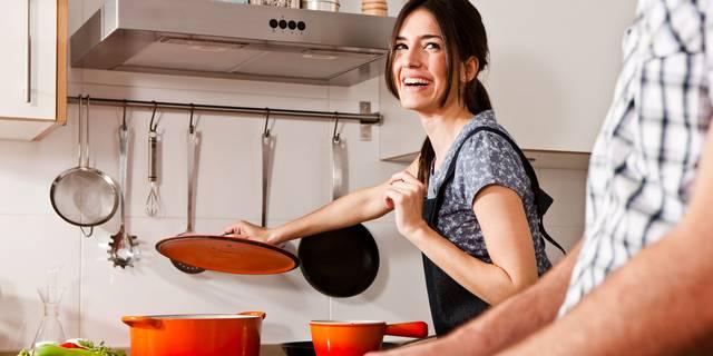 Mi a neve annak az eljárásnak, amikor a zöldséget vagy a húst bevonattal fényezik, vagy utóbbi esetében sütés közben például pecsenyelével locsolgatják, hogy fényes legyen?