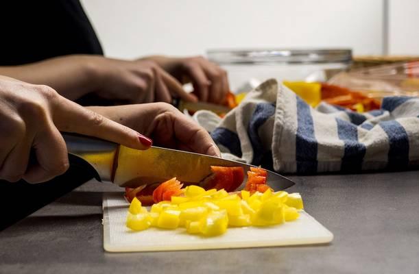 Ízesített folyadékba helyezik a zöldséget vagy a húst, hogy átvegyék a pác ízét. Keményebb húsokat így puhítanak. Melyik ez az eljárás?