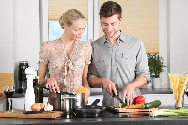 Az étel bizonyos alapanyagait kevés, forró zsiradékban megforgatjuk, majd lassú tűzön pároljuk. Melyik ez az eljárás?