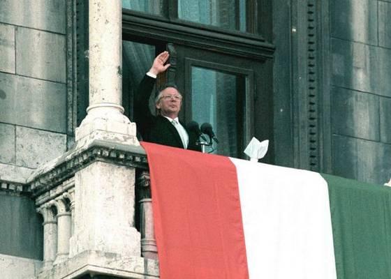 Szűrös Mátyás kikiáltotta az új köztársaságot Budapesten