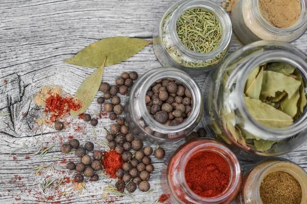 Melyik fűszerünk nem a növény leveléből készül?