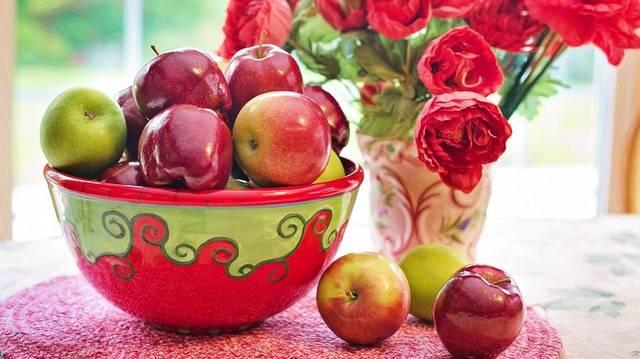 A legenda szerint egy almafa alatt alkotta meg az általános tömegvonzás törvényét. Ki ő?
