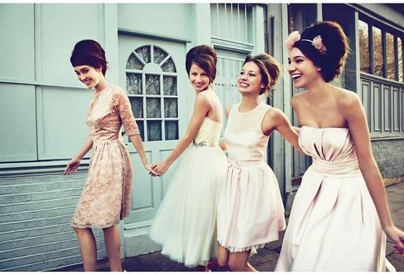 Melyik kort idézik a hölgyek ruhái?