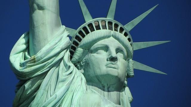 Függetlenségének százéves évfordulója alkalmából, melyik államtól kapta az USA a Szabadság-szobrot?