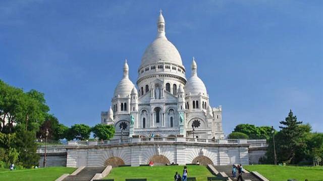 A Sacré Cœur-bazilika, vagyis a Szent Szív-bazilika egy párizsi római katolikus templom. A román és bizánci hatásokat magán viselő bazilika a város legmagasabb pontján, a Montmartre-on áll.