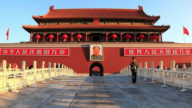 A Mennyei béke tere vagy Tienanmen tér egy hatalmas tér Peking központjának közelében. 440 000 m²-es területével a világ legnagyobb tere. (Wikipédia)