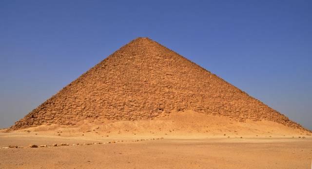 """Melyik Fáraó építette, az első """"tökéletes"""" formájú piramist?"""