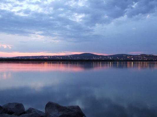 Milyen hosszú a Velencei-tó?