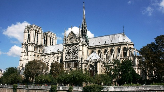 Melyik városban van a Notre-Dame-székesegyház?